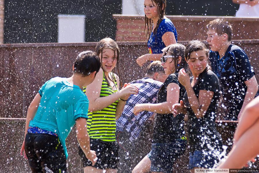 Участники водного батла в мокрой одежде