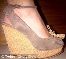 Sandálias de verão: Ambos os pares de sapatos têm uma alta de cortiça-clad salto cunha, um superior de camurça, uma pulseira no tornozelo e em forma de pétala cortes no dedo do pé