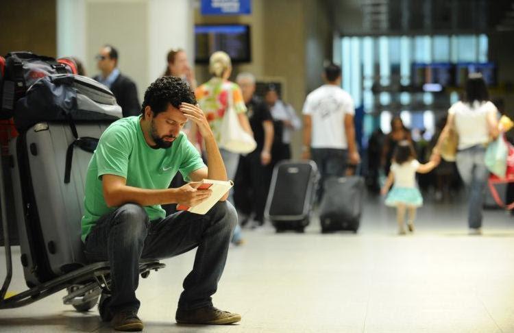 Passageiro aguarda embarque no Aeroporto Santos Dumont, administrado pela Infraero - Foto: Arquivo/Agência Brasil