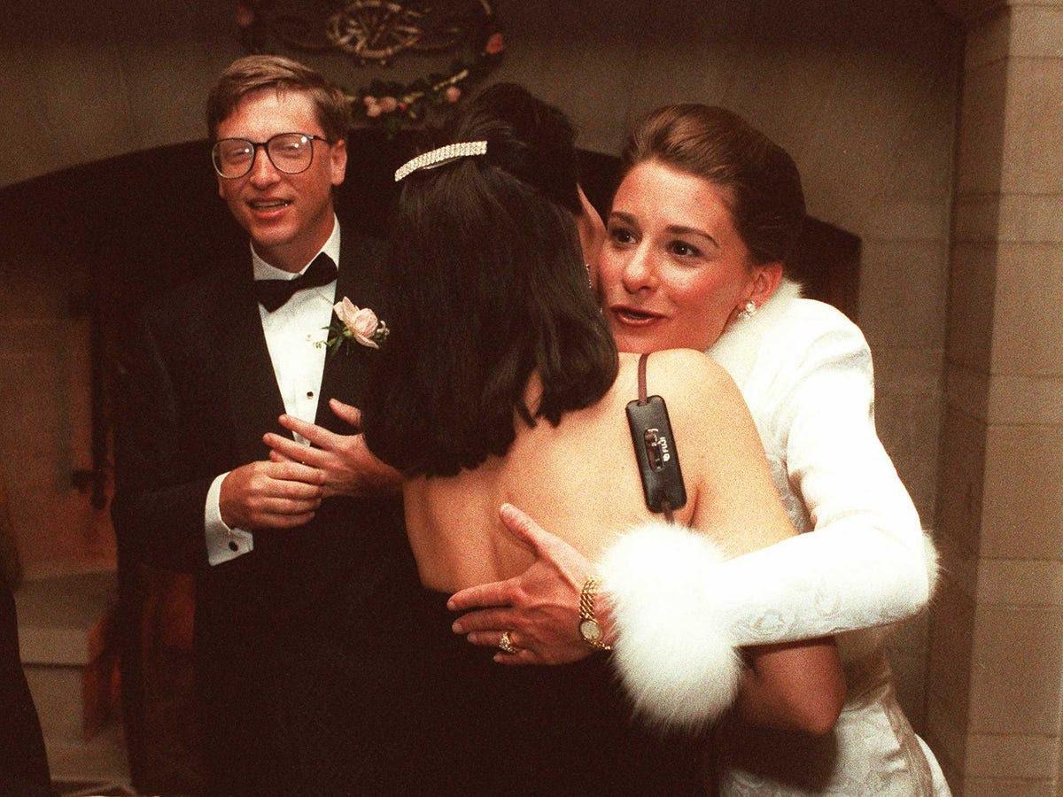 Gates đã gặp người vợ tương lai của mình, Melinda, tại một sự kiện báo chí vào năm 1987. Cô là một nhân viên của Microsoft và sau đó chuyển lên để trở thành một giám đốc điều hành của nội dung tương tác. Họ kết hôn vào năm 1994, và cuối cùng cô đã rời công ty để theo đuổi công việc từ thiện.