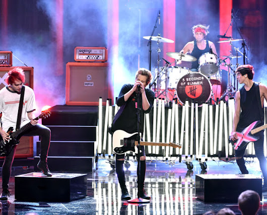 5SOS Fam Needs CPR After 5SOS' AMAs Performance