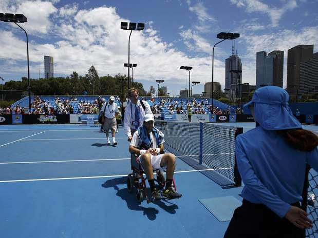 Baker deixa Quadra 6 do Aberto da Austrália em cadeira de rodas; ele desistiu do jogo contra Querrey Foto: Reuters