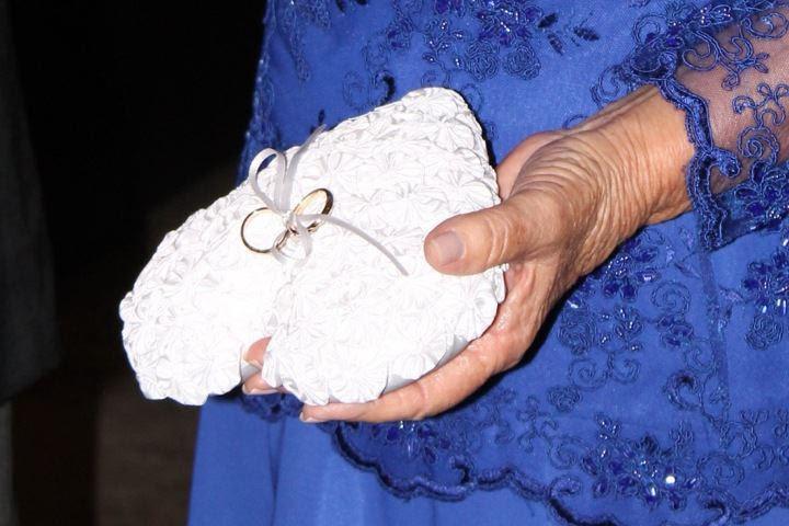 avós levando aliança de casamento para nos noivos