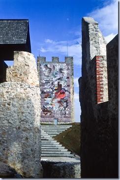 obzidje, v ozadju grajski stolp
