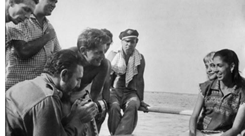 Además aparece fotografiando a una muchacha en Guamá, Matanzas, en 1959.