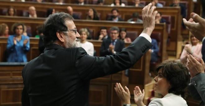 01/06/2018.- El presidente del gobierno Mariano Rajoy, saluda tras intervenir ante el pleno del hemiciclo del Congreso en el debate de la moción de censura presentada por el PSOE. EFE/J.J. Guillén