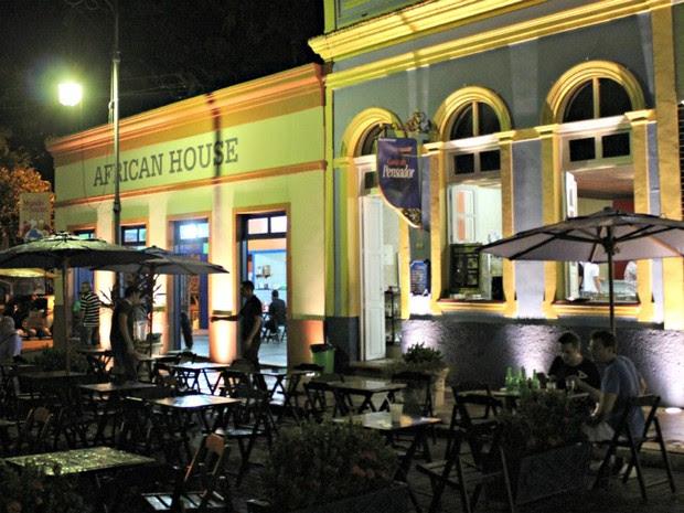Bares e restaurantes no Largo de São Sebastião são points para turistas (Foto: Marcos Dantas/G1 AM)