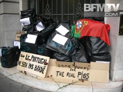"""""""Portugal não será vendido"""", diz uma das mensagens junto aos sacos de lixo deixados à porta da entrada da agência Moody's em Paris."""