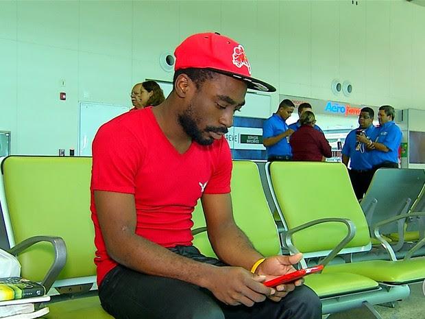 Cornel Henry, de 24 anos, está no aeroporto de Natal há 8 dias (Foto: Reprodução/Inter TV Cabugi)