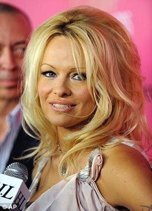 """Arruinou a testa 'Pamela Anderson arrancando dela tão fina"