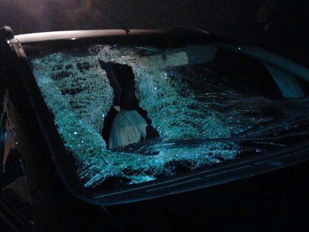 Pedra atingiu garoto que estava dormindo dentro de carro (Foto: Rodrigo Nardelli / G1)
