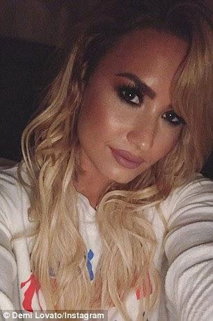 De linho para a queda!  Demi Lovato continuou seu ano de transformação com uma reforma do cabelo total, que estreou na noite de domingo