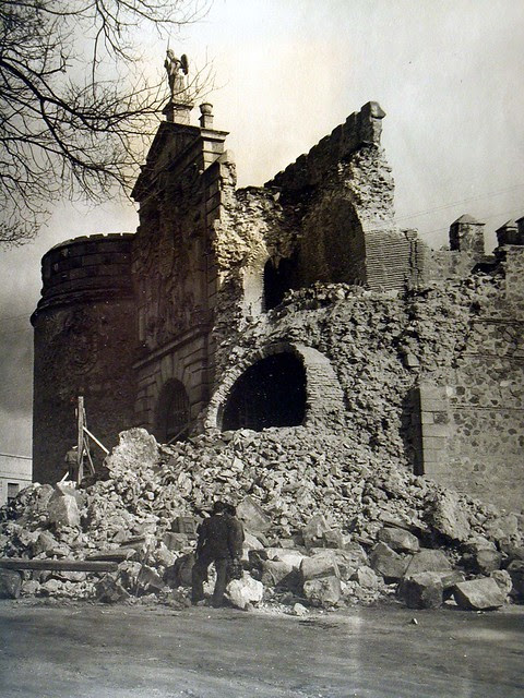 Derrumbe de la Puerta de Bisagra de Toledo el día 12 de abril de 1946. Foto Rodríguez