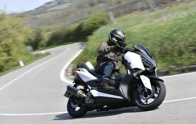 Memang belum ada kepastian wacana kehadiran Honda Forza  Yamaha XMAX Bertemu Honda Forza, Kira-kira Siapa Pemenangnya?