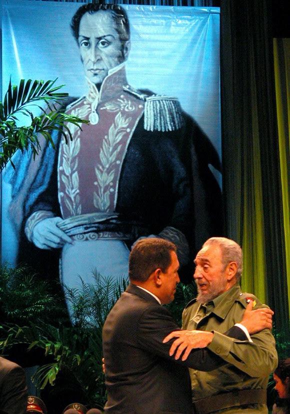Fidel y Chávez en el acto por el 10mo aniversario de su encuentro. Chávez recibe la Orden Carlos Manuel de Céspedes.14 de diciembre de 2004 Foto: Estudios Revolución/Cubadebate