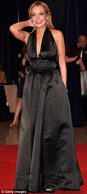 Finalmente chegou: Lindsay Lohan levou a mergulhar em um vestido preto longo, que parecia um pouco amassado na seção mid