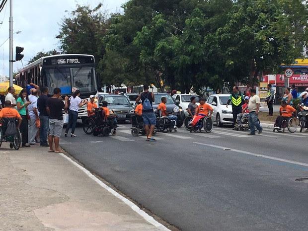 Manifestantes bloquearam a Avenida Fernandes Lima (Foto: Ivaney Marinho/Arquivo Pessoal)