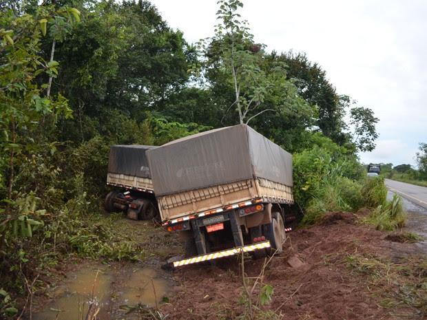 carreta pista Cacoal buracos (Foto: Rogério Aderbal/G1)