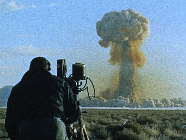 O som de maior explosão feita pelo homem: Um diretor de fotografia de filmes uma nuvem de cogumelo atômico em 19 de julho de 1957, em Yucca Flat, Colorado