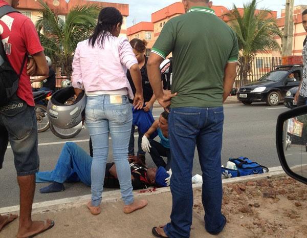 Ciclista ficou ferido após colidir com um veículo na Avenida Jerônimo de Albuquerque. (Foto: Zeca Soares/G1 MA)