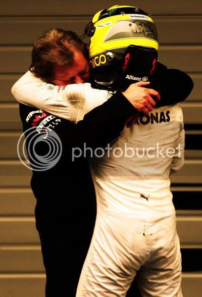 Abrazo entre Norbert Haug y Nico Rosberg tras la victoria del alemán en el GP de China 2012, Shanghai