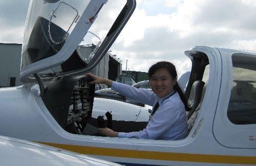 Chân dung nữ cơ trưởng đầu tiên của hãng hàng không giá rẻ, top 10 nữ phi công trẻ nhất Việt Nam - Ảnh 3.