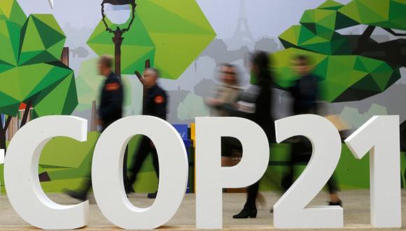 Delegados caminan junto al logo de la COP21 en la zona parisina de Le Bourget (Foto: Stephane Mahe/Reuters)