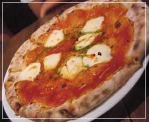 「市場食堂」、500円のピッツァ。ボリュームあってちゃんと美味しい♪