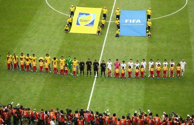 As seleções do Brasil e Japão, antes do início da partida de abertura da Copa das Confederações, em 15 de junho, no estádio Mané Garrincha, em Brasília (Foto: Clive Mason/Getty Image)