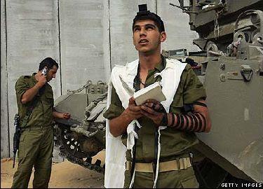http://www.sefer-torah.com/blog/IsraeliSoldierPraysNearTank.jpg