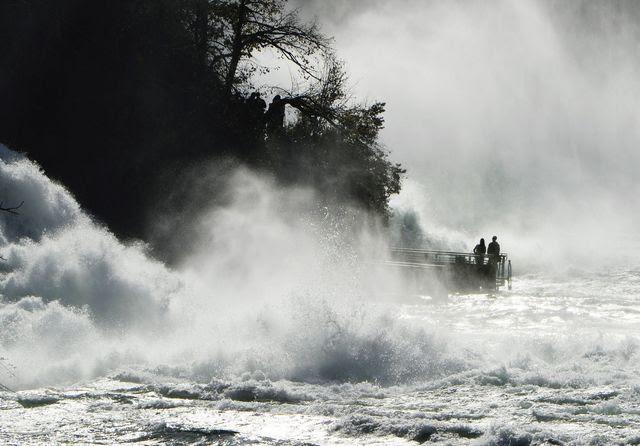 Das Komitee «Nein zum Wasserwirtschaftsgesetz» befürchtet eine teilweise Trockenlegung des Naturspektakels: Der Rheinfall bei Neuhausen SH. Foto: Steffen Schmidt (Keystone)