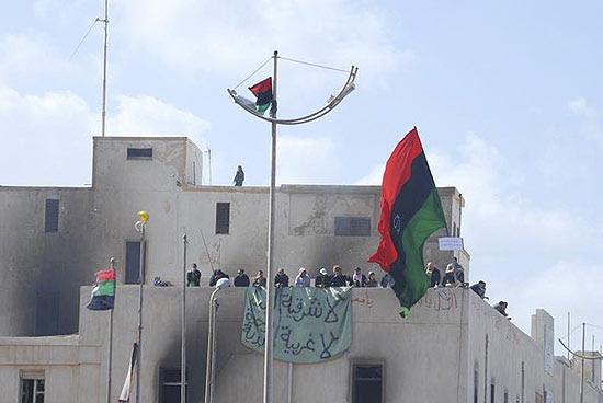 Imagem sem data colocada no Facebook mostra manifestantes em telhado de prédio, possivelmente em Benghazi
