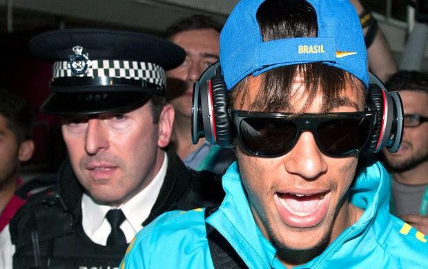 Neymar no desembarque do Seleção em Londres (Foto: AFP)