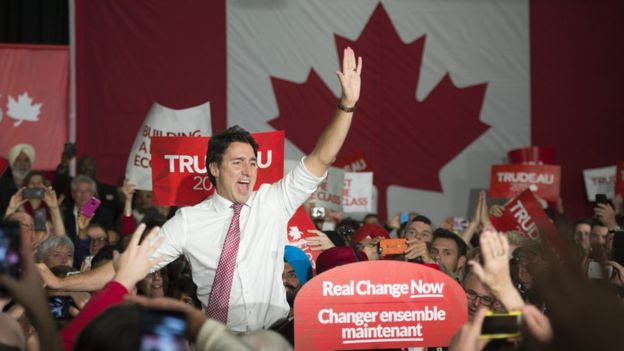Justin Trudeau waves to supporters at campaign rally in Winnipeg, Manitoba, on Saturday, Oct. 17, 2015