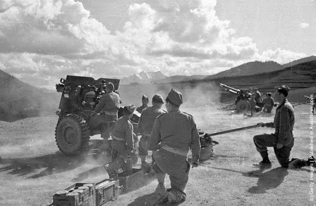 ανοίγοντας πυρ εναντίον ανταρτών κατά τη διάρκεια του Ελληνικού Εμφυλίου Πολέμου. (Φωτογραφία από Bert Hardy / Εικόνα Δημοσίευση / Getty Images). 22 του Μάη 1948