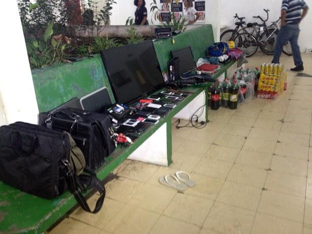 Aparelhos roubados por trio foram recuperados pela polícia em Mongaguá, SP (Foto: Cristiane Amaral/TV Tribuna)