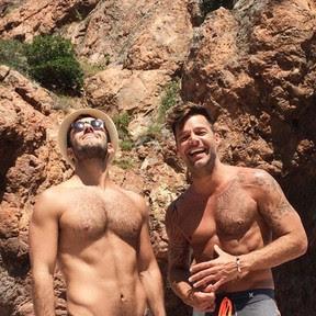 Ricky Martin e o namorado, Jwan Yosef, em praia na França  (Foto: Instagram/ Reprodução)