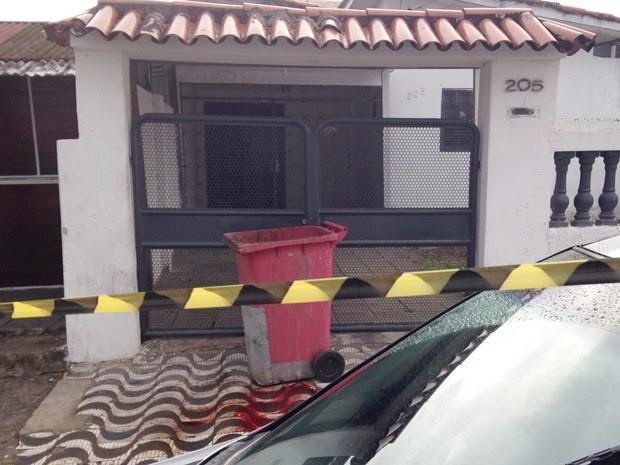 Homem encontrou tambor em frente a porta de entrada com o corpo da mulher dentro (Foto: Walter Paparazzo/G1)