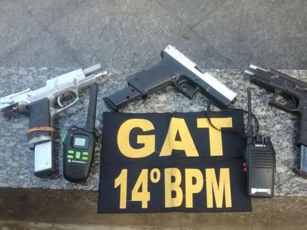 Agentes do 14ºBPM (Bangu) apreenderam duas pistolas, um simulacro e dois rádios transmissores (Foto: Divulgação/ Polícia Militar)