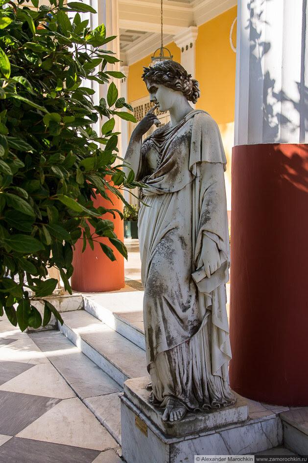 Статуя музы в Ахиллеоне