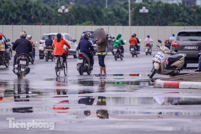 Mưa lạnh bất ngờ, phe vé trận Việt Nam - UAE lo sốt vó - Ảnh 1.