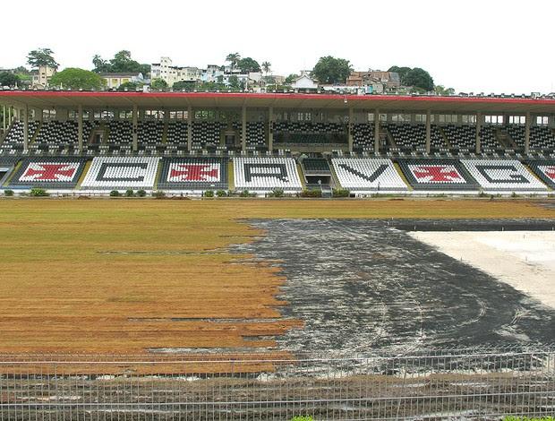 reforma no gramado do estádio de São januário (Foto: Gustavo Rotstein / GLOBOESPORTE.COM)