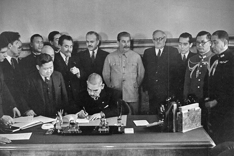 File:Matsuoka signs the Soviet–Japanese Neutrality Pact-1.jpg