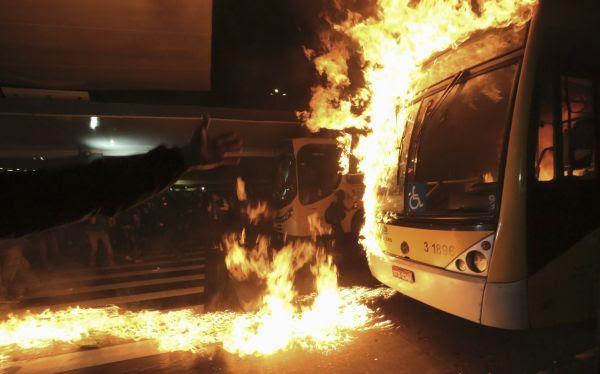 Brasil: manifestantes incendiaron autobús por incremento en precio de pasajes
