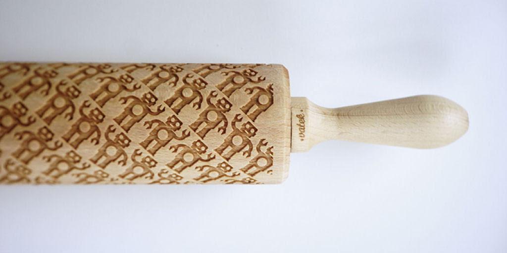 Veja este criativo rolo de madeira que imprime padrões decorativos 11