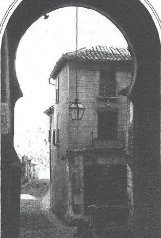 Arco y Posada de la Sangre (Toledo) en 1930. Foto Benitez Casaux para Revista Estampa