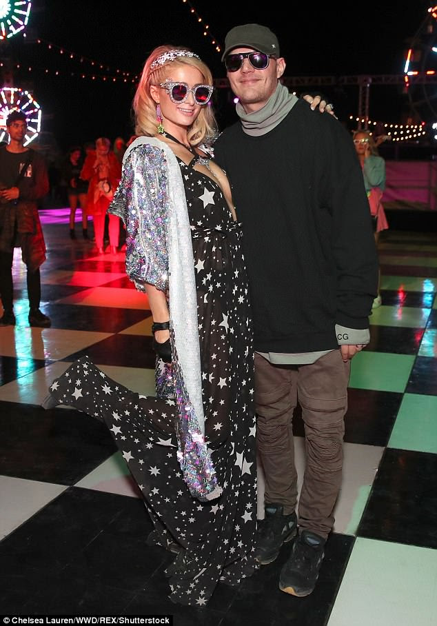Starry eyed: Paris Hilton surpreendeu-se com um vestido maxi embelezado quando se juntou ao noivo Chris Zylka no Neon Carnival do Coachella, na Califórnia, no sábado