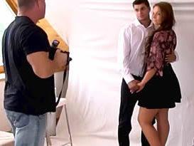 Nem casou e já foi chifrado - Noiva de sainha fudendo com o fotógrafo no banheiro