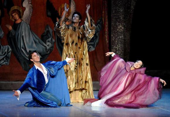 Ballet Shakespeare y sus Máscaras, interpretado por los primeros bailarines Anette Delgado y Dani Hernández, durante la inauguración del 24 Festival Internacional de Ballet de La Habana, en el teatro Karl Marx. Foto: Marcelino Vázquez Hernández/AIN.