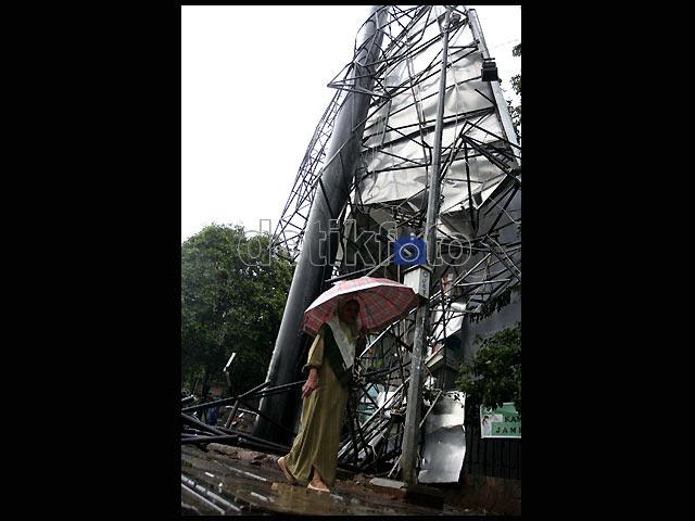 Hujan Angin Robohkan Papan Reklame
